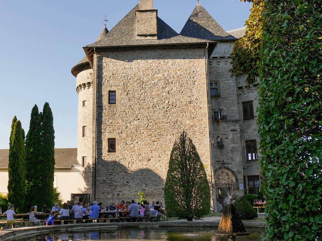 Où manger en terrasse ? Marché des producteurs de Pays à Sainte-Fortunade ©OT Tulle en Corrèze